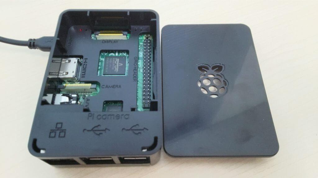 黒いケースに入った、Raspberry Pi 3B